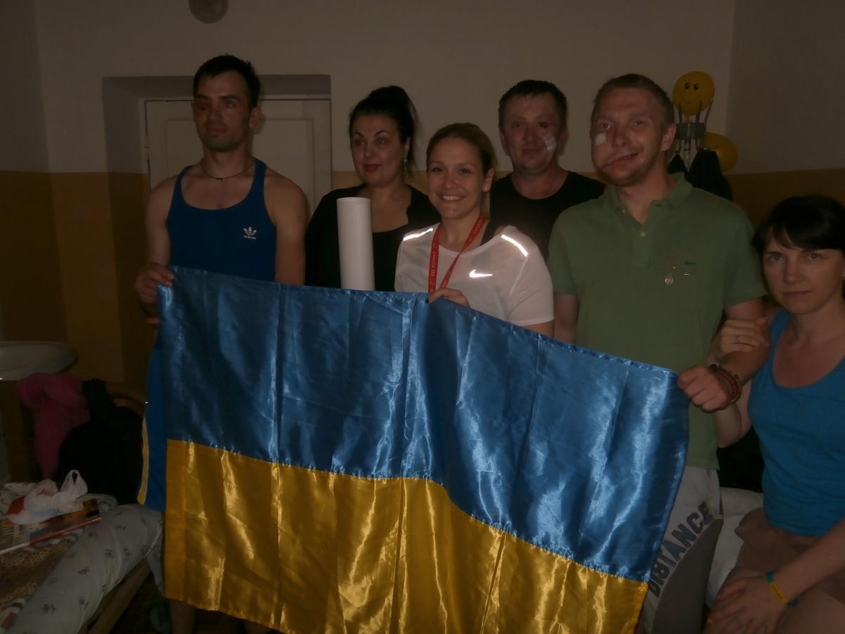 В центре - Христина Валех, справа от нее - Сергей Кнутов, которому в голову возле уха вошла граната, но не разорвалась / Фото УНИАН