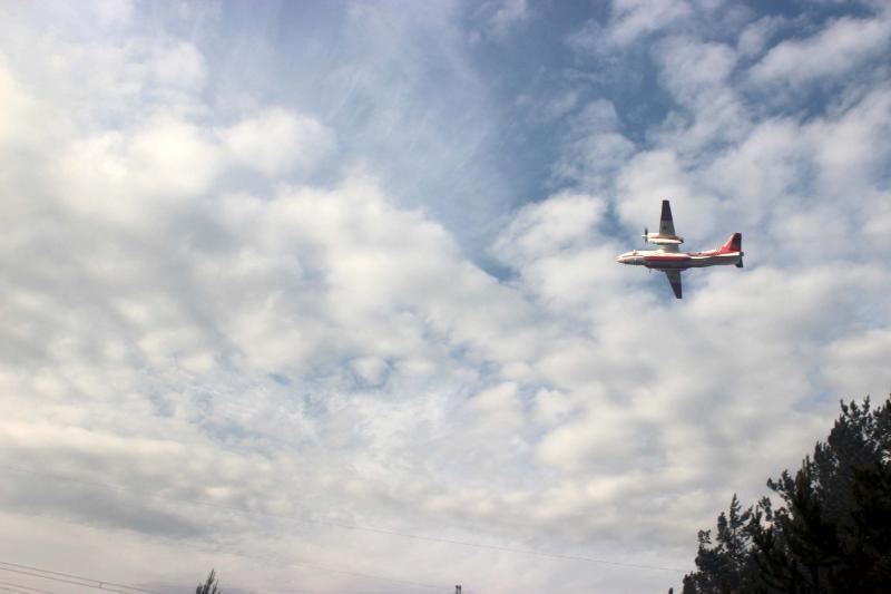 Авіація скидає ліс воду / ДСНС