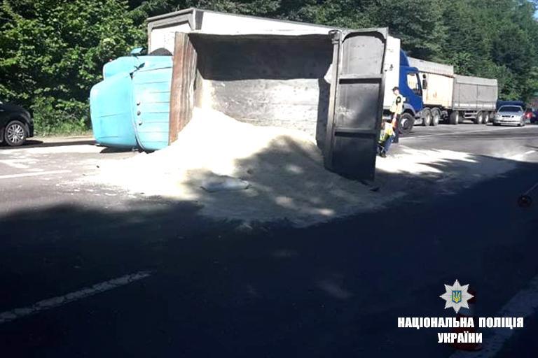 Грузовик перевозил песок / фото if.npu.gov.ua