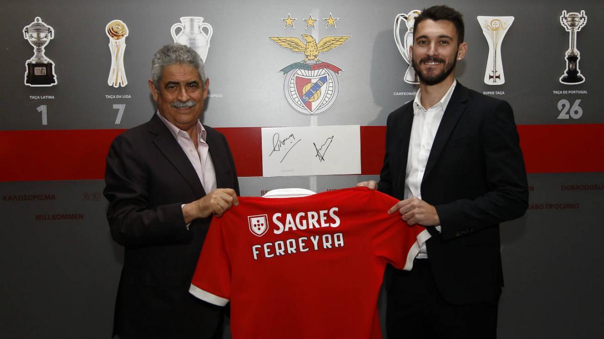 Феррейра официально стал игроком Бенфики / фото slbenfica.pt