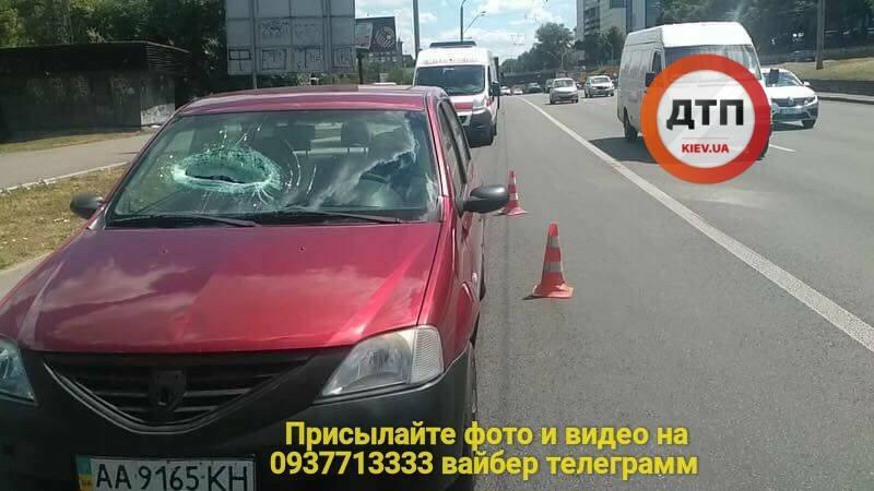 """С моста возле метро """"Берестейская"""" на автомобиль упал кусок бетона / dtp.kiev.ua"""
