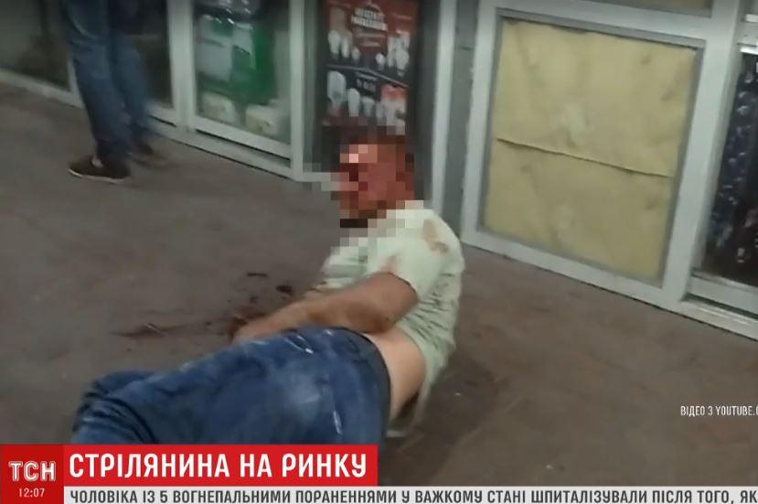 Подстреленный на николаевском рынке мужчина не дает показаний против нападающих / Скриншот - ТСН