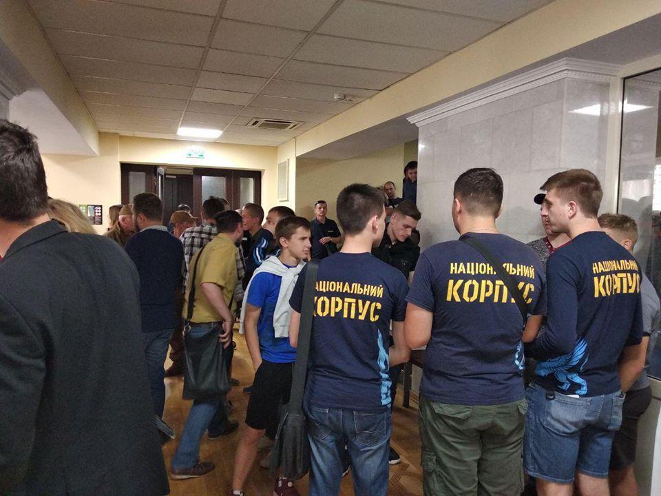 Молодчики сняли двери в зал / фото: Національні Дружини