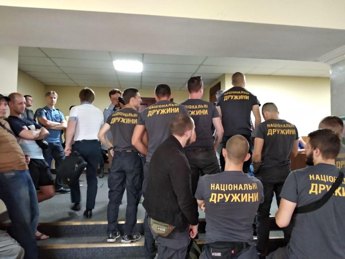 Активисты начали громко кричать: «Ганьба!» и пытаться попасть в зал / фото: Національні Дружини