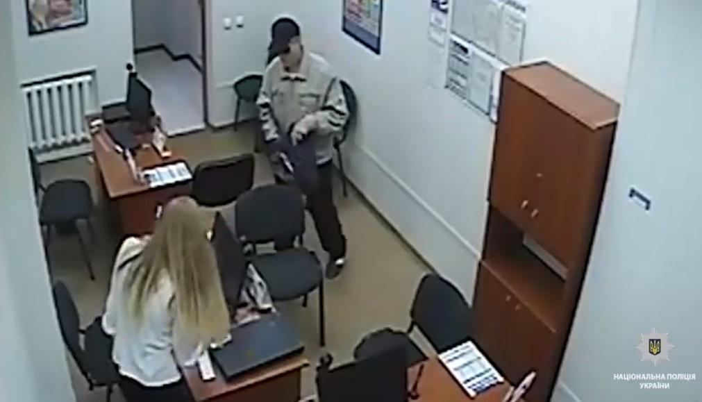 Злоумышленник завладел более чем 20 тыс. грн / Кадр из видео facebook.com/PoliceDniproRegion