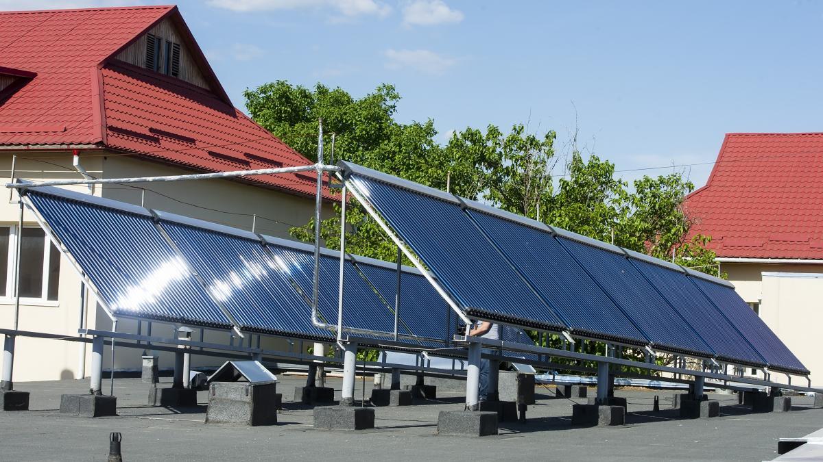 Вакуумные солнечные коллекторы на крыше детсада / Фото EU