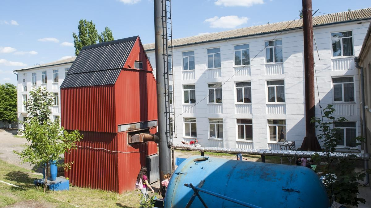 Установка соединяется с резервуаром с водой, где и подогревается вода / Фото EU