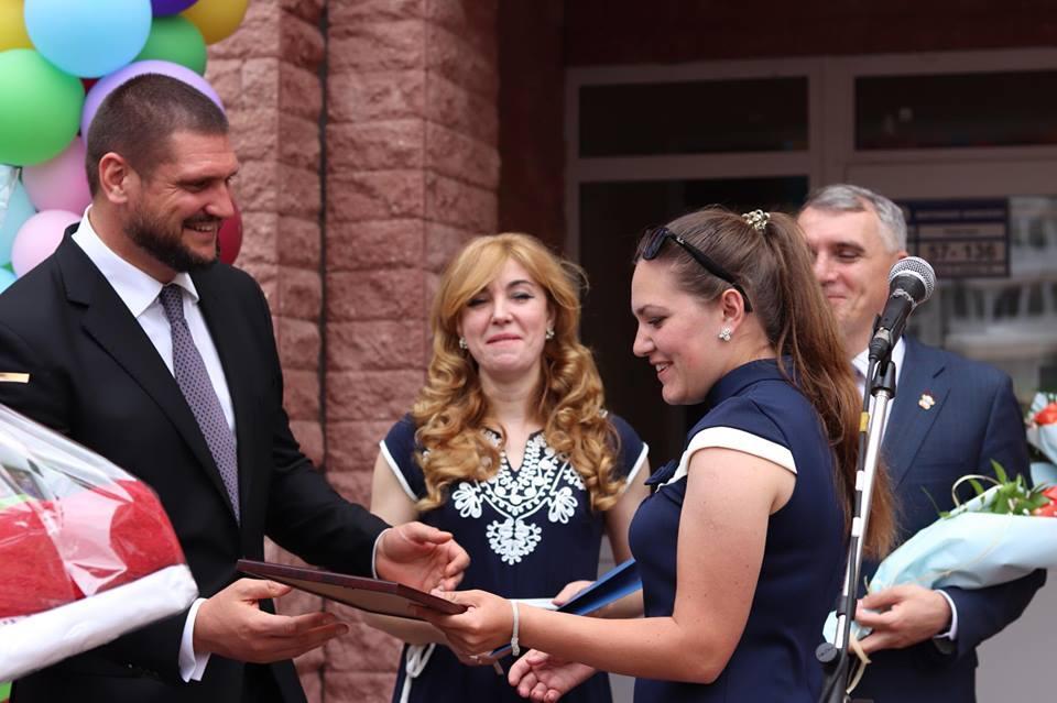 Алексей Савченко вручил сертификаты на жилье для детей-сирот / фотоmk.gov.ua