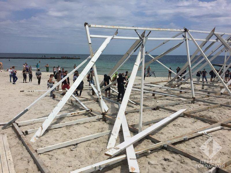 Широкий, высокий каркас занял на пляже большую площадь / фото Первый городской