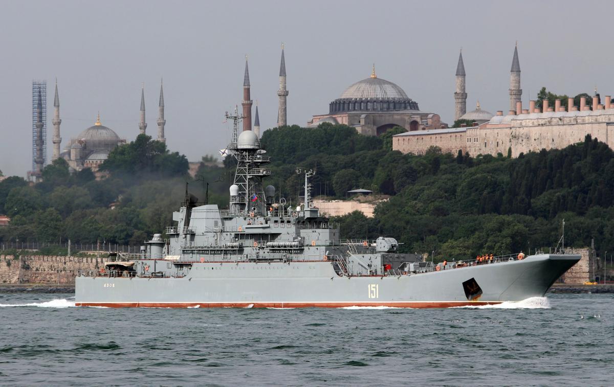 """Российский военный корабль """"Азов"""" направляется в Черное море через Босфор / REUTERS"""