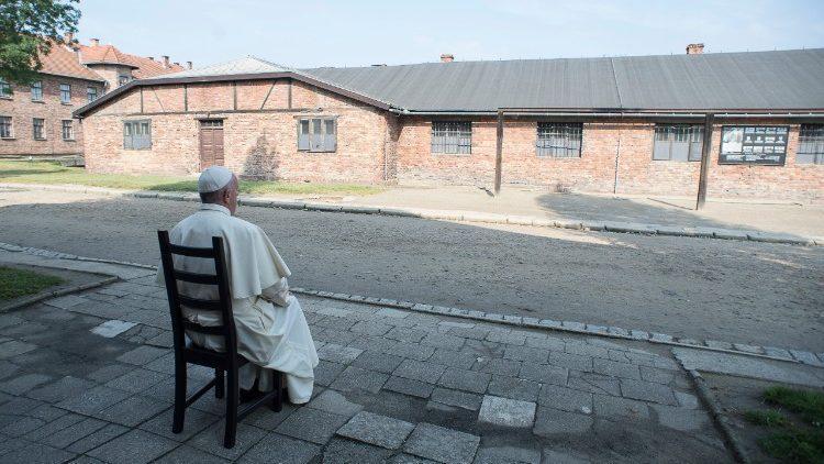 Папа Франциск во время визита в Освенцим / vaticannews.va