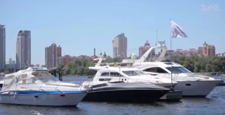 Швартуються такі човни, зазвичай, у спеціально оснащених місцях / скріншот відео ТСН