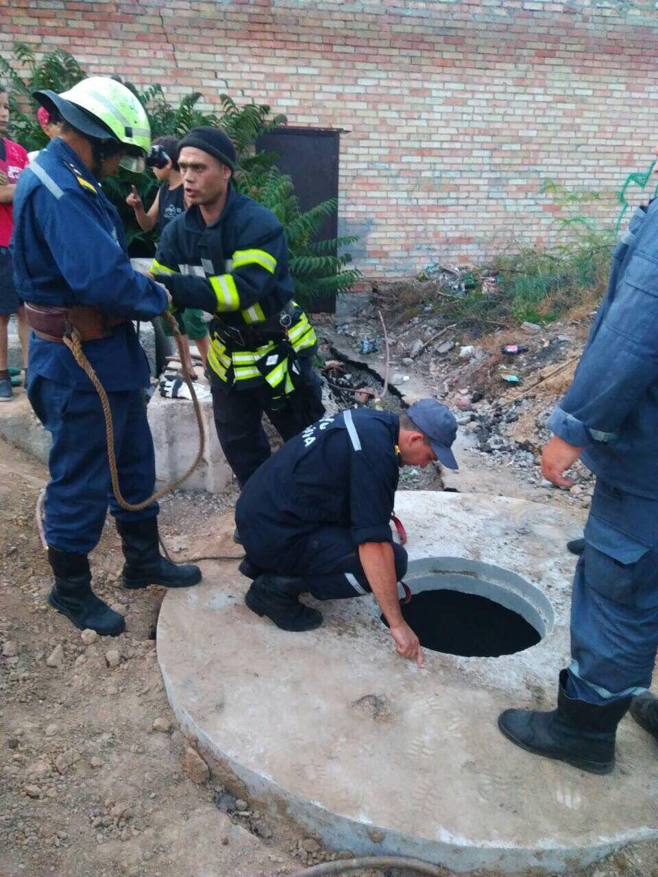 Мальчик упал в бетонный колодец глубиной четыре метра / фото tsn.ua