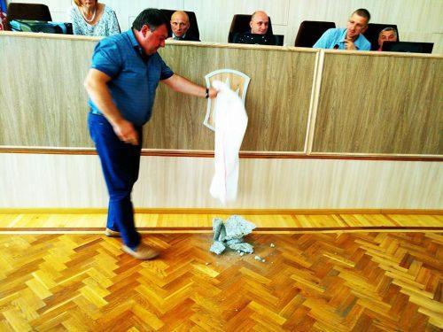 Мэру Черкасс подарили мешок камней / фото Про все