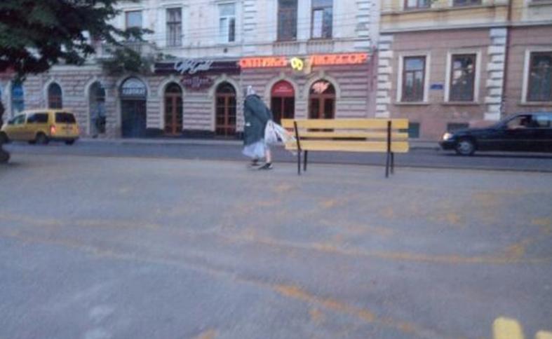 Бабушка тащила лавочку просто по тротуару / 0372.ua