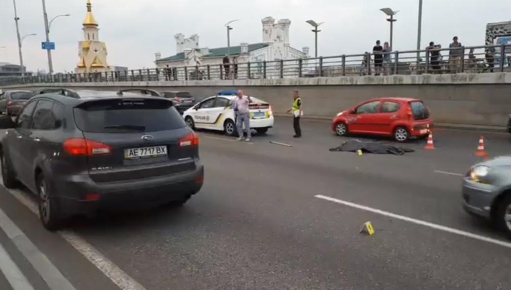Опасный замысел пешехода завершился трагично / Кадр из видео facebook.com/dtp.kiev.ua