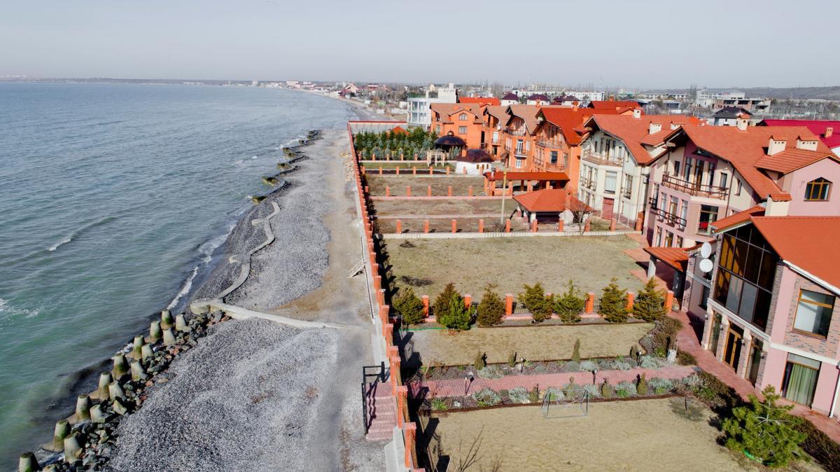 Общественный пляж застроен частными виллами / Facebook Юрий Верба