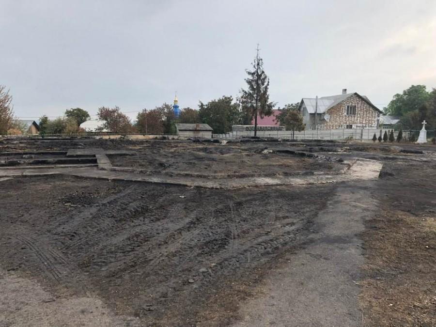 У Новиці захоронили на цвинтарі рештки згорілої церкви / vikna.if.ua
