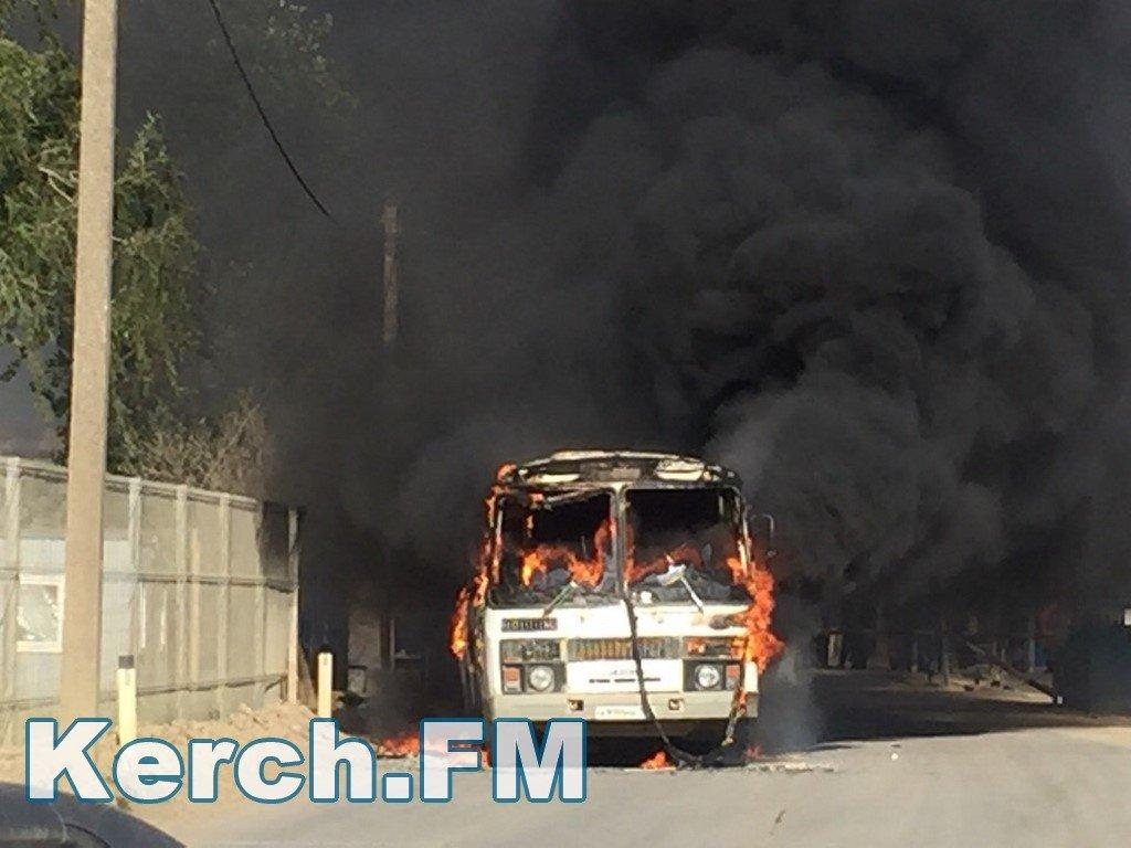 Автобус сгорел / фото kerch.fm
