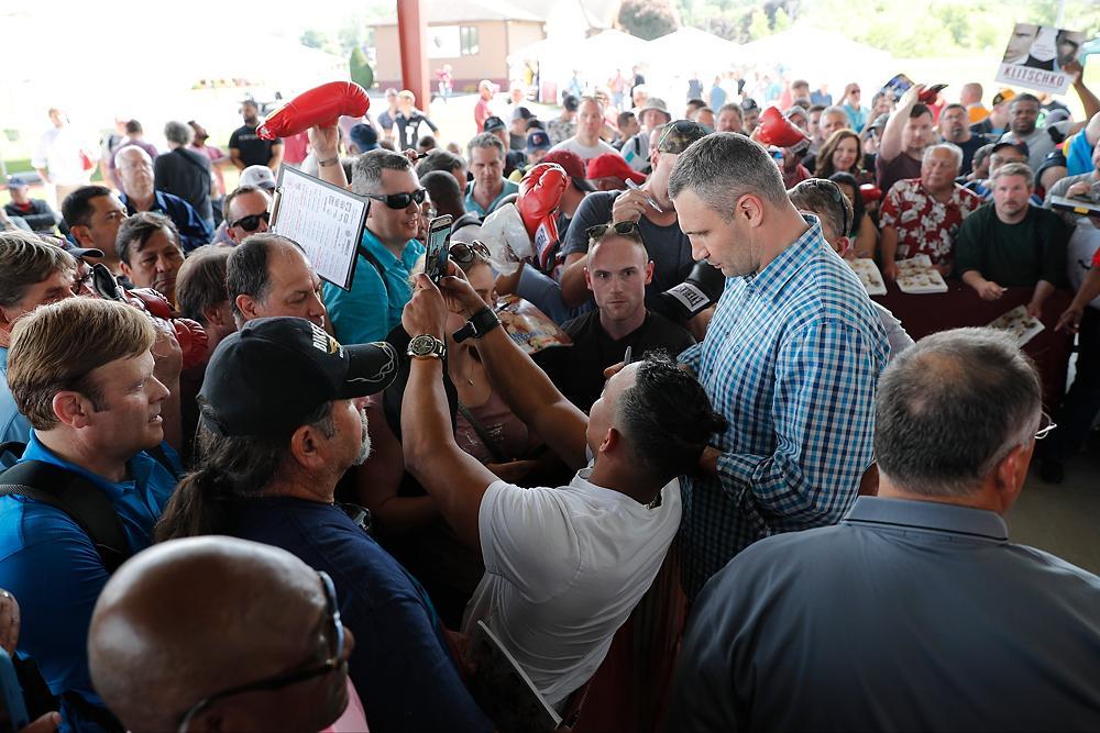 Чтобы взять автограф у Кличко, американцы выстраивались в большие очереди