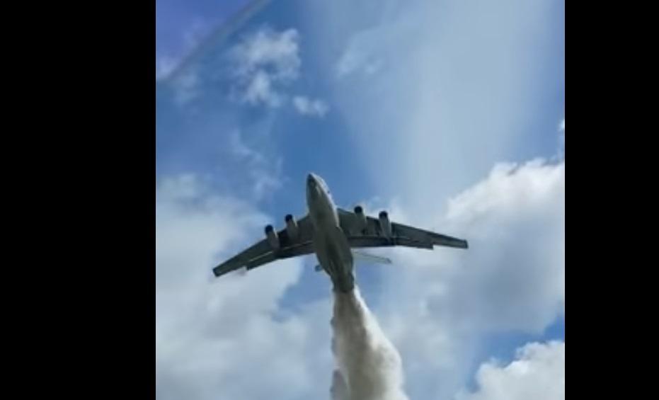 В России пилот пожарного транспортника МЧС'промахнулся, скидывая воду на лес  Скриншот- Youtube- Sky Way channel
