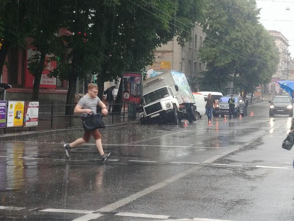 Вантажівка ледь не провалилася під асфальт