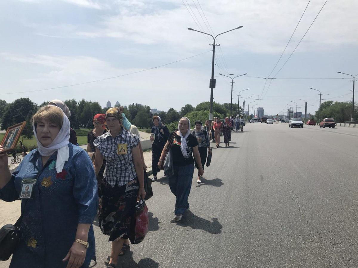 Десятки людей з хрестами та іконами пройшли по Новому мосту в Дніпрі / dp.informator.ua