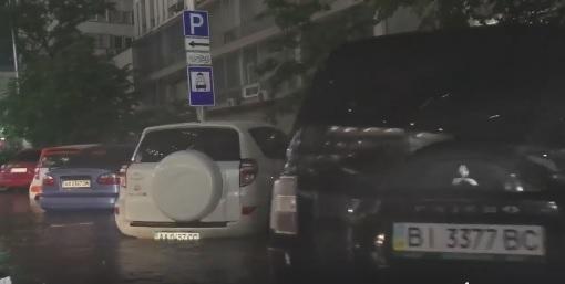 Уровень воды практически полностью покрывает колеса автомобилей / скриншот видео Roman Medynskiy