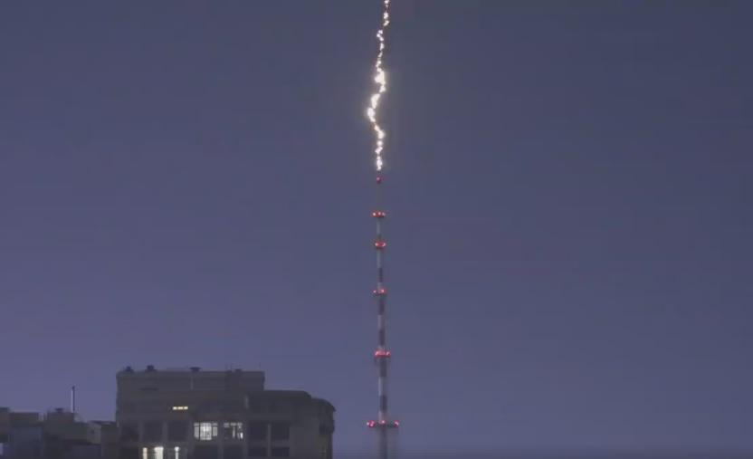 Блискавка влучила у телевежу / скріншот відео Олександр Гусєв, Facebook