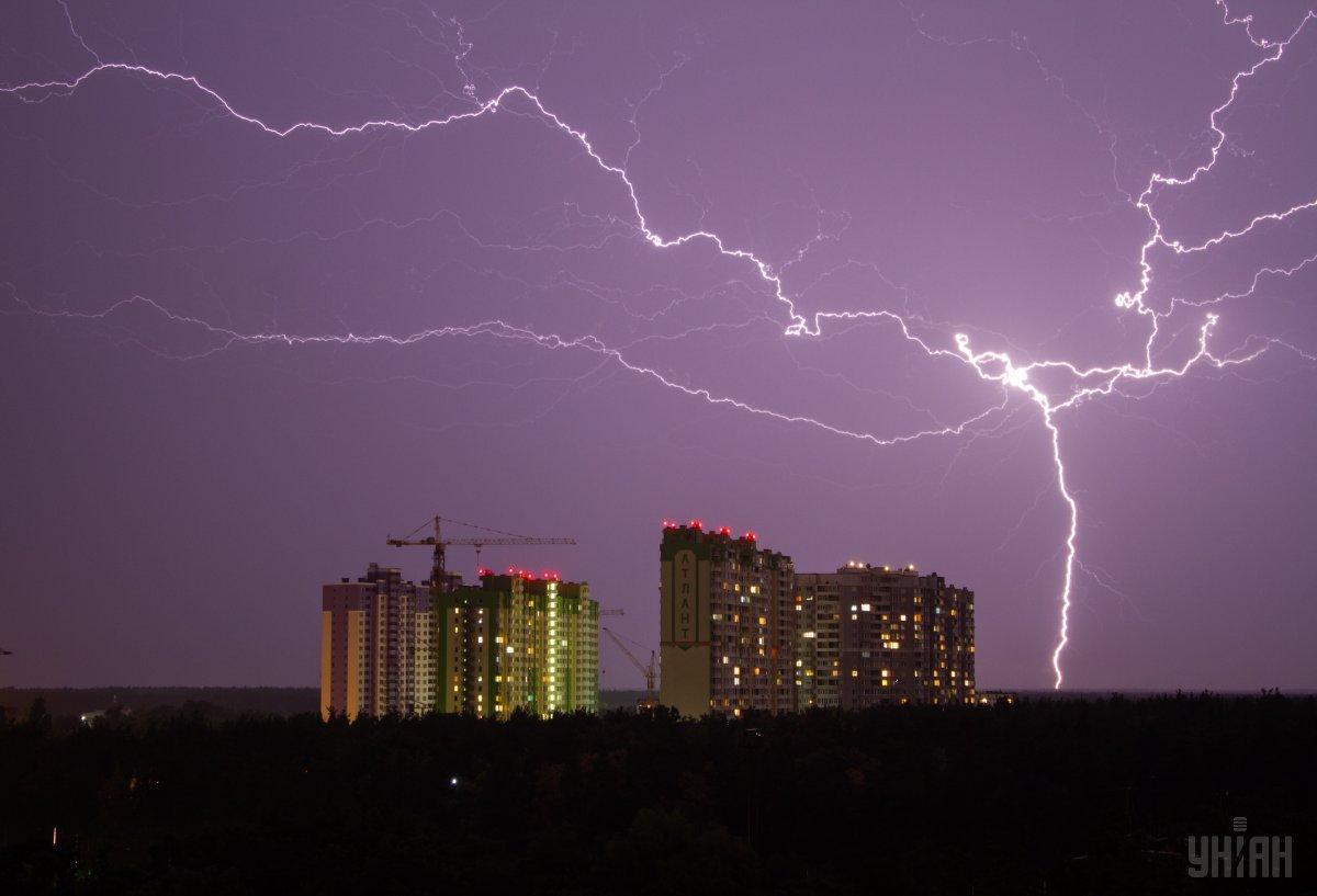 Вночі у багатьох регіонах України пройшла гроза з блискавками/ фото УНІАН