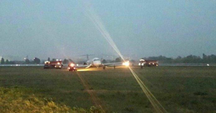 Появилось видео из салона самолета, который совершил аварийную посадку в аэропорту Киева / фото avianews.com