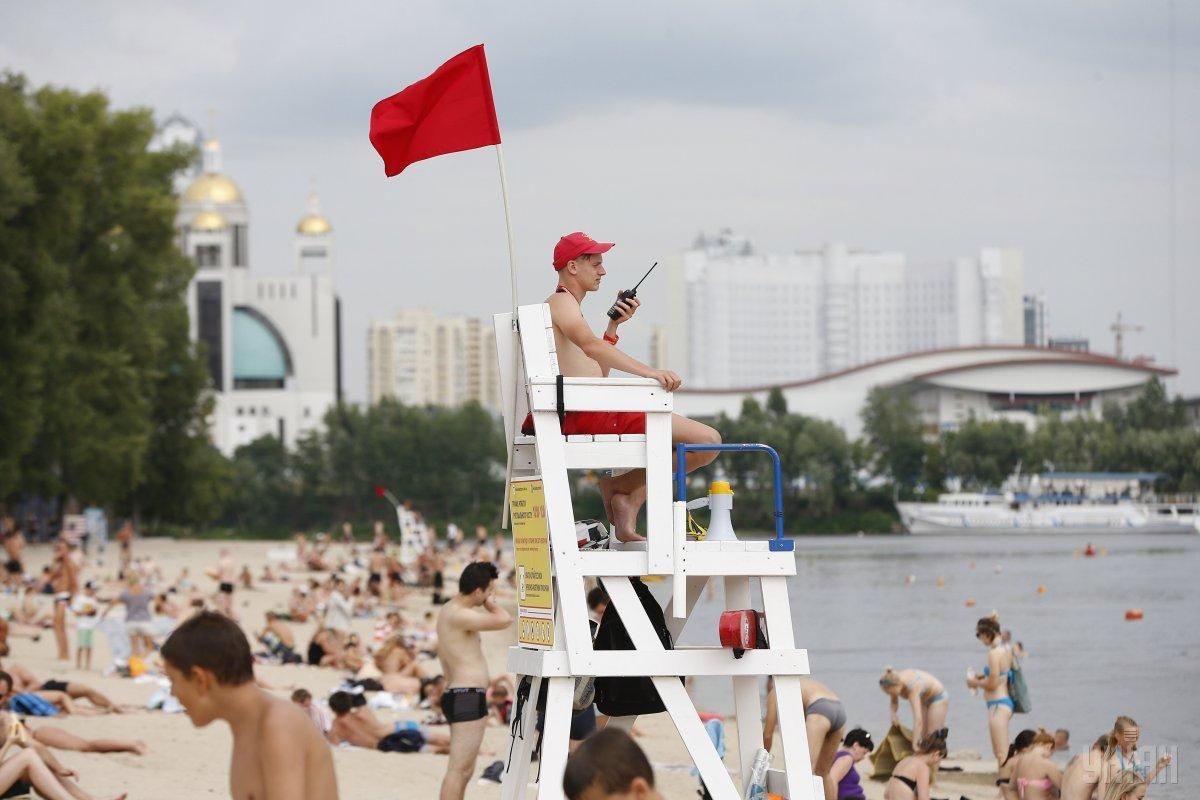 На київських пляжах купатись наразі не рекомендують / УНІАН