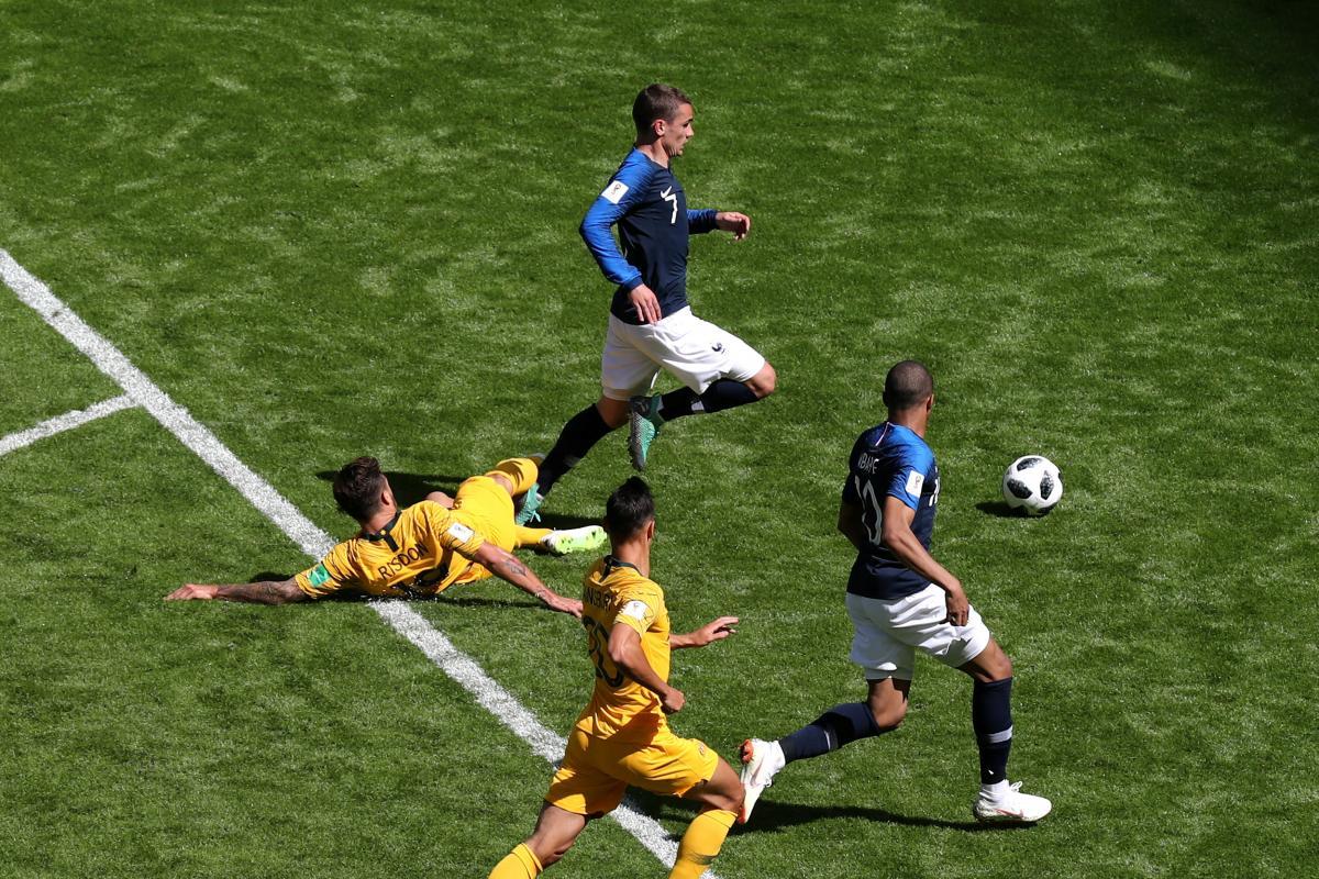 Сборная Франции одержала тяжелую победу над командой Австралии в первом матче / Reuters