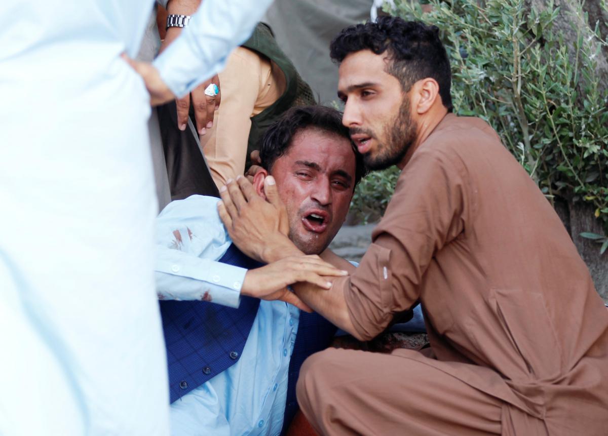 Афганский мужчина после взрыва автомобиля / REUTERS