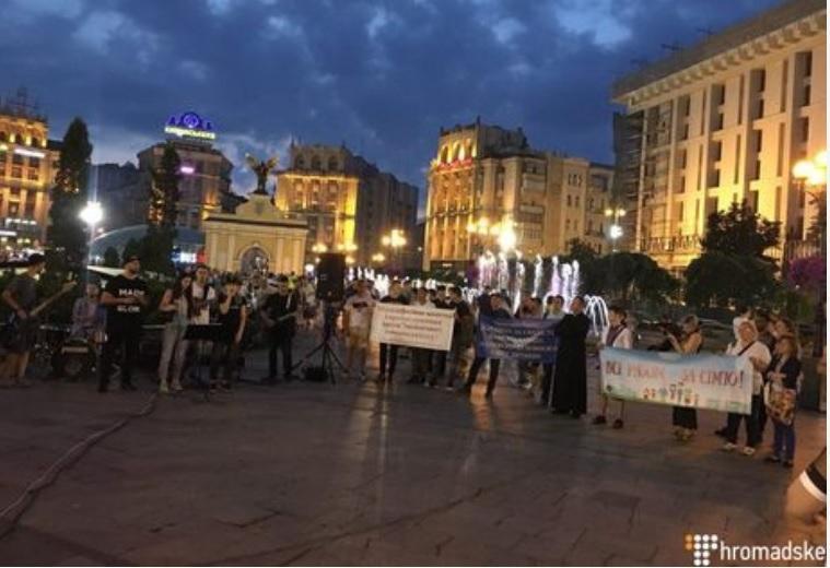 На Майдані люди співають псалми і цитують Біблію