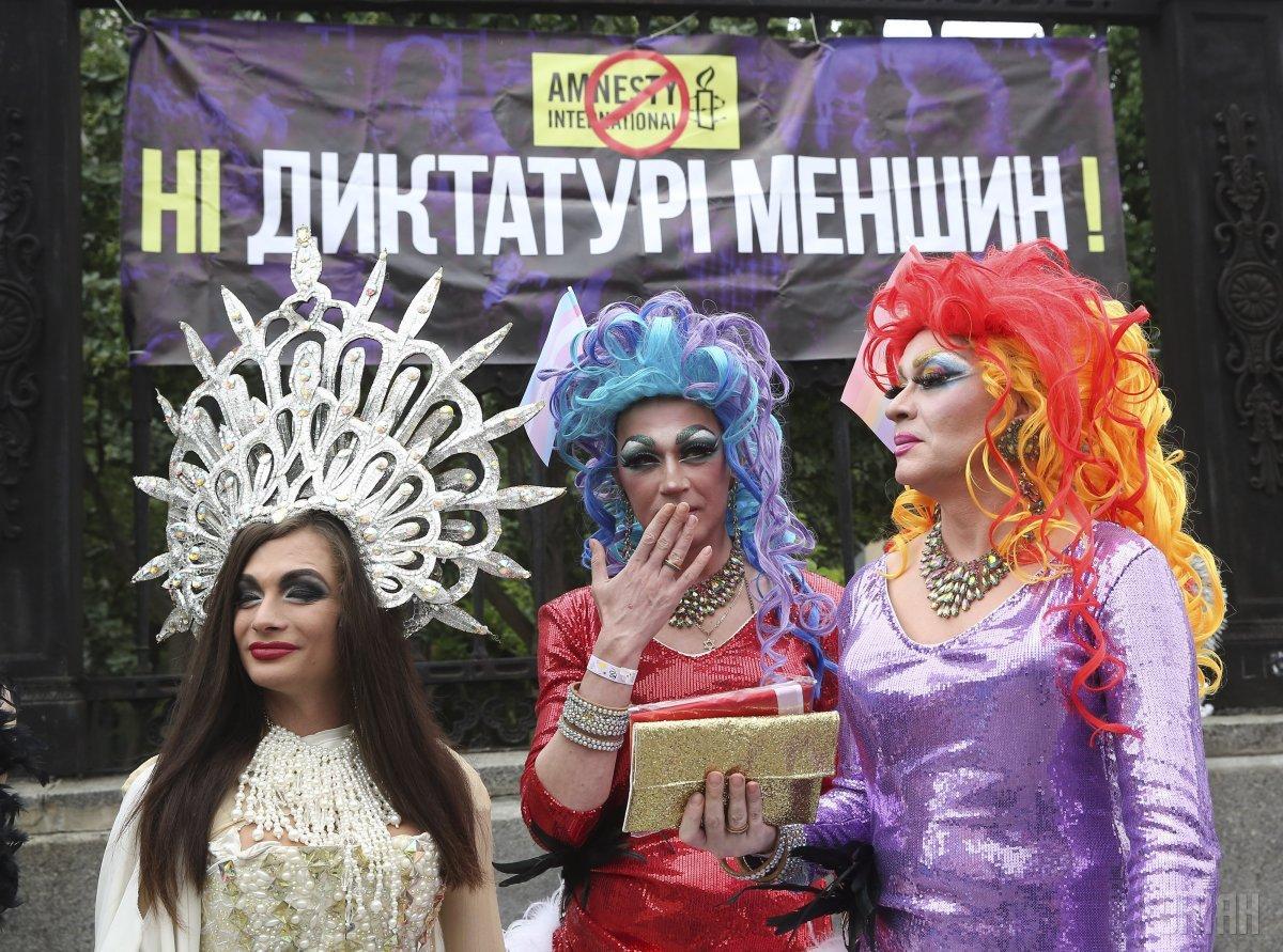 На общем фоне участников марша выделяется компания эпатажных травести-див / фото УНИАН