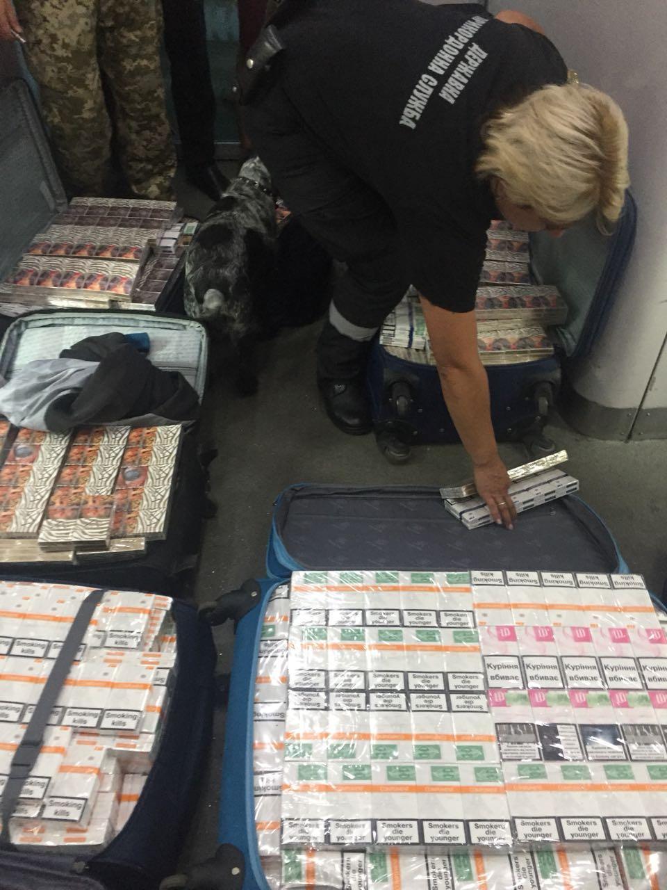 В потолке поезда, следовавшего в Польшу, нашли 8 чемоданов с сигаретами / фото dpsu.gov.ua