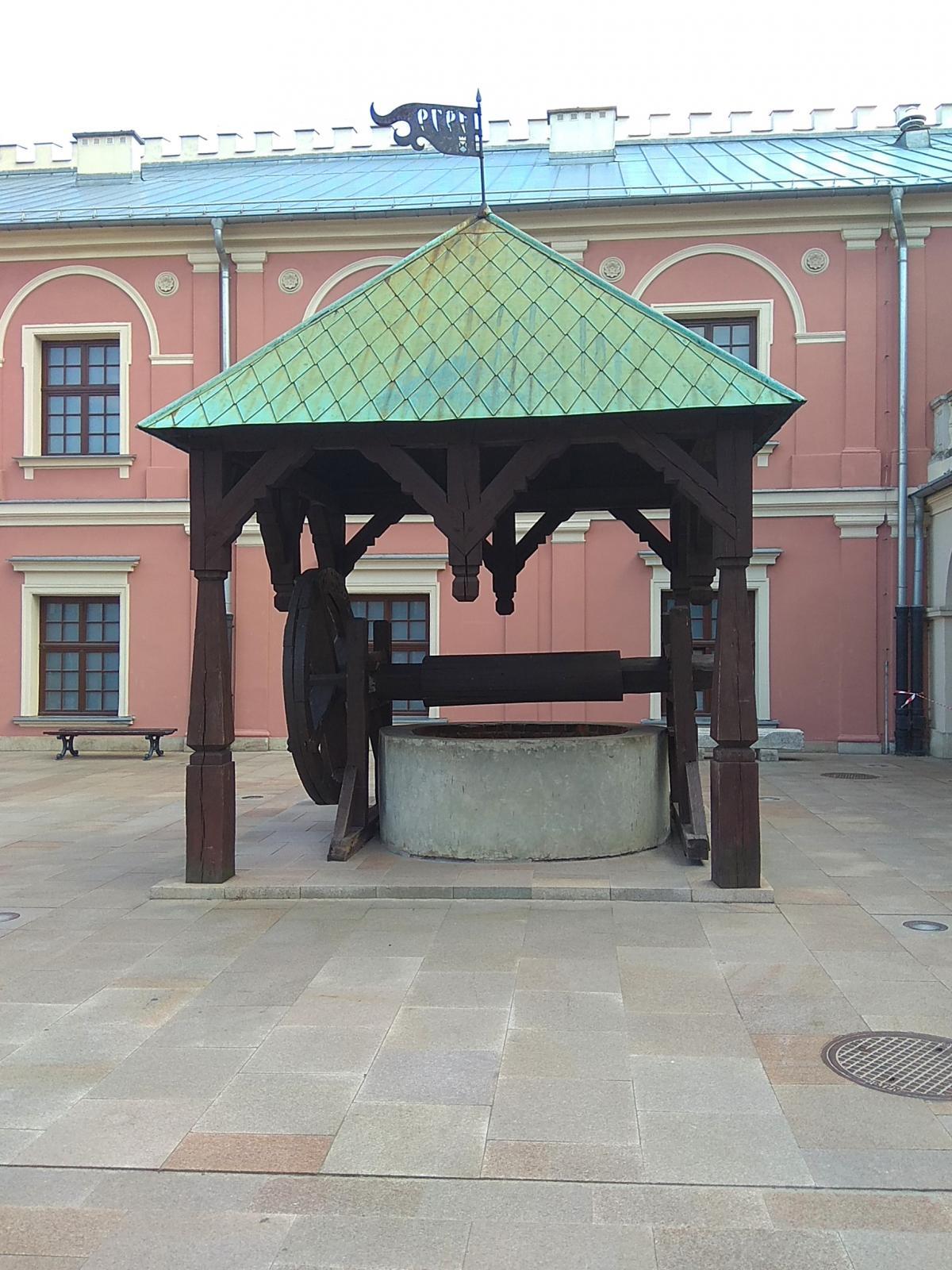 Колодец во внутреннем дворе замка / фото Варвара Вайс