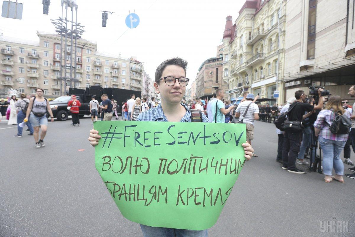Участник «Марша равенства» с плакатом #FreeSentsov / фото УНИАН