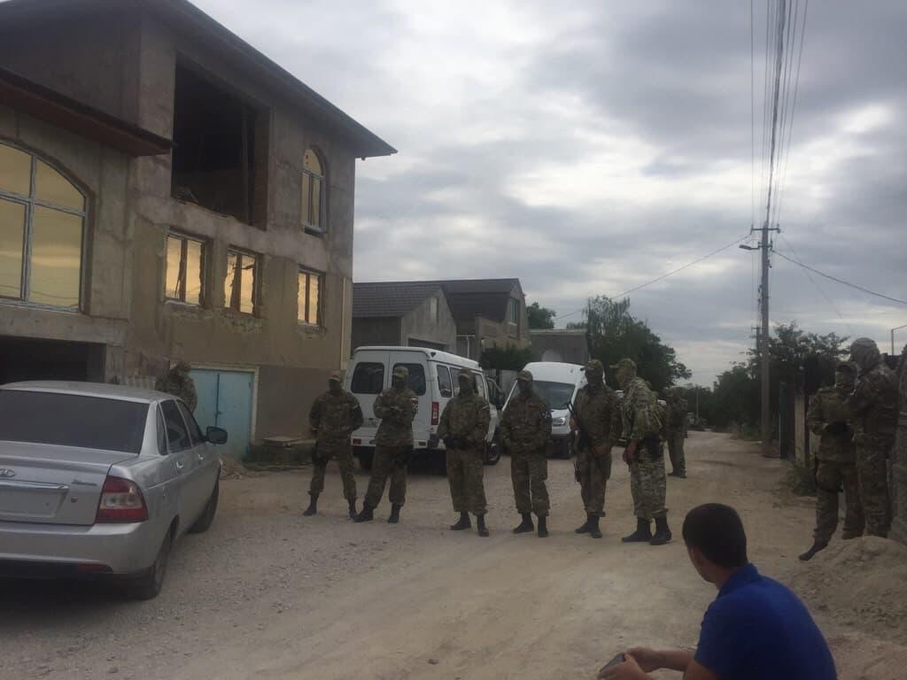 В Крыму силовики РФ проводят новые обыски у крымских татар / Facebook - Крымская солидарность