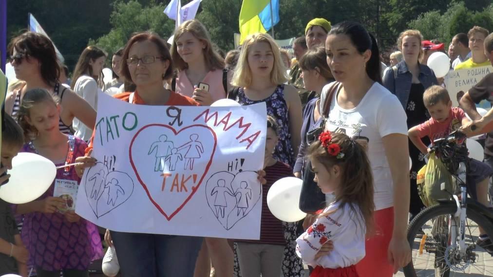 В Сумах состоялось шествие в поддержку семейных ценностей / spec-kor.com.ua