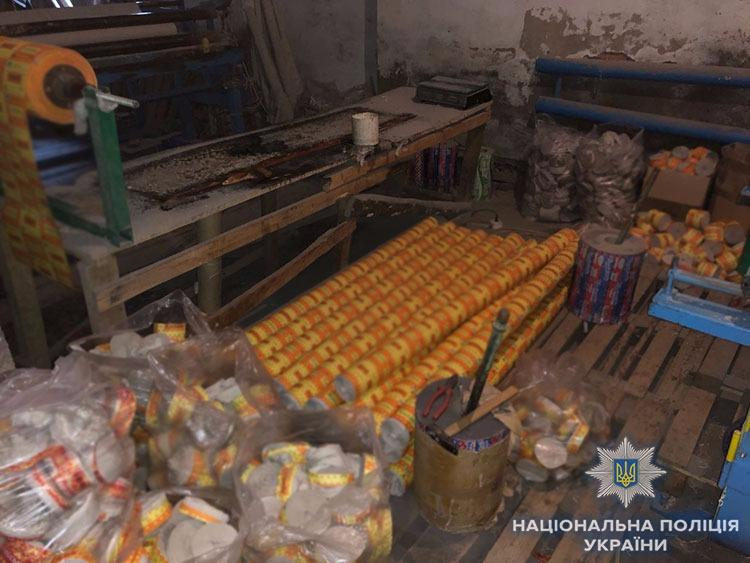 Паперові вироби зловмисники виготовляли за допомогою чотирьох промислових станків / Фото lv.npu.gov.ua