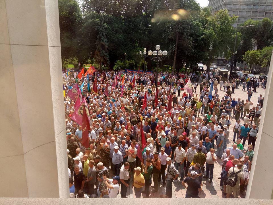 Под Радой происходят столкновения между протестующими иполицией