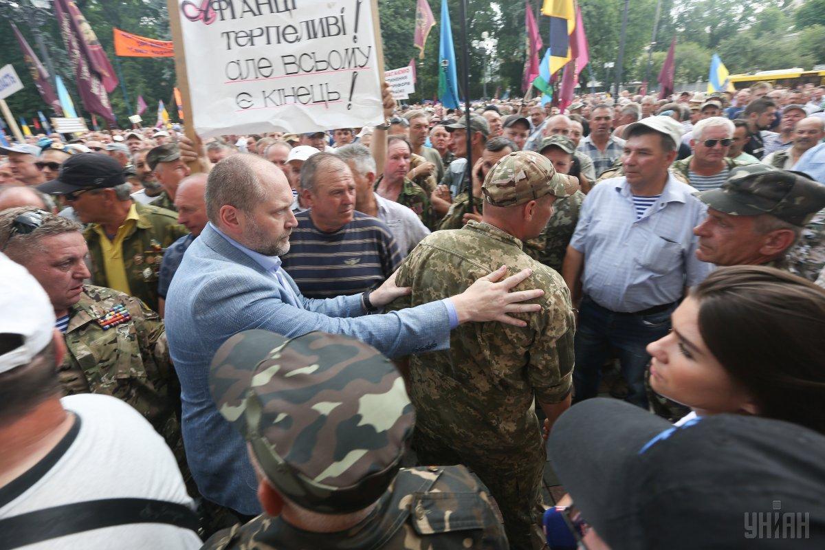 Митингующие заперли депутатов в Раде и требуют повиновения
