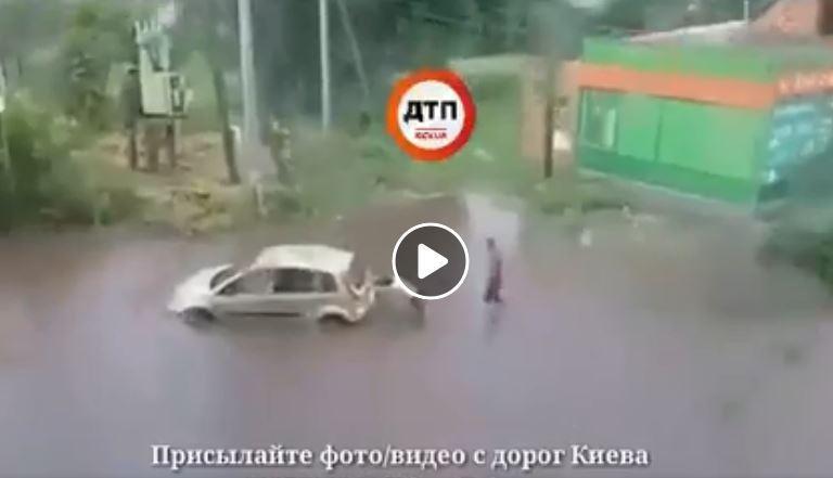 Машини застрягли в калюжах / фото facebook.com/dtp.kiev.ua