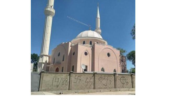 Мечеть в Криму розмалювали нацистською символікою / islam-today.ru