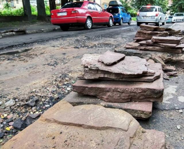 Во Львове во время ремонта обнаружили дорогу, выложенную из мацев / zik.ua