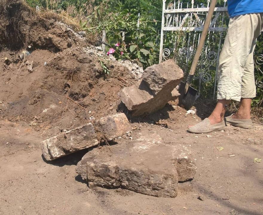 У Миколаєві на кладовищі в смітті знайшли «козачі» хрести / svidok.info