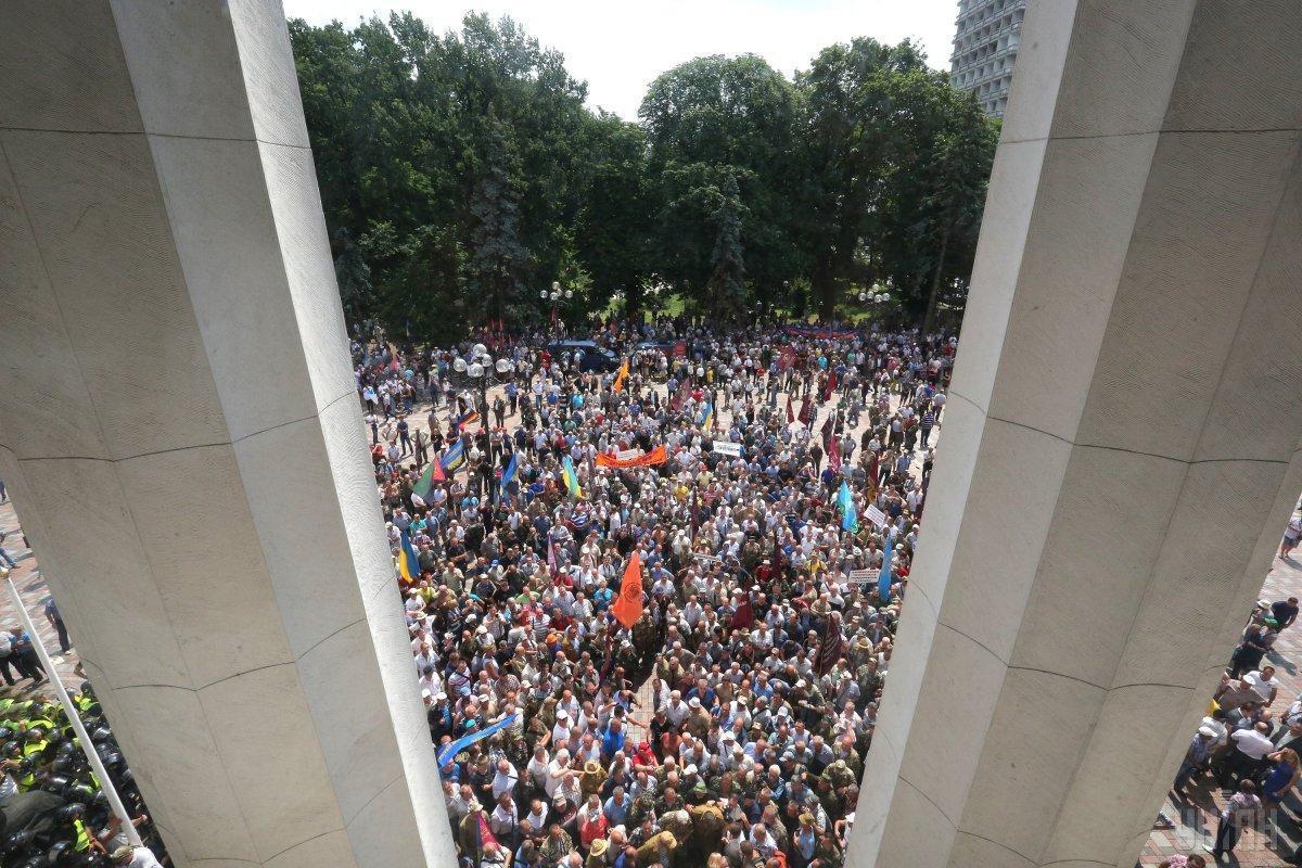 В результате столкновений под Радой пострадало 8 правоохранителей / фото УНИАН