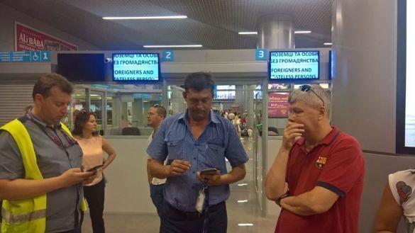 Пасажири спілкуються з представниками аеропорту після посадки літака в Одесі / фото Анни Костюкової